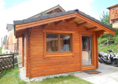 Fabrication d'un joli petit chalet avec des madriers de 6 cm. Porte et fenêtre de Tryba