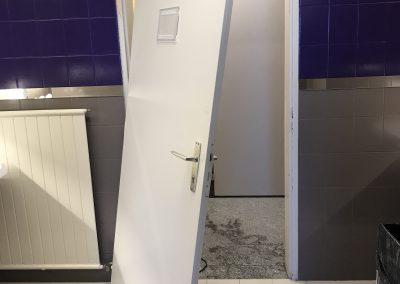 Avant réparation d'une porte de WC enfoncée