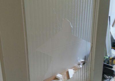 Avant changement d'un verre cassé sur une porte de cuisine