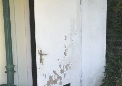 Avant la rénovation d'une porte et du crépis, et de l'assainissement du mur.