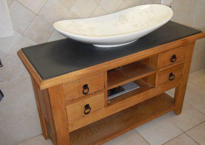 Relookage d'un meuble de salon en chêne massif en un meuble unique de salle de bain avec une ardoise du brésil et un vasque gravé