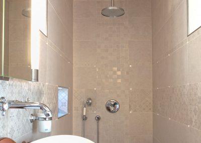 Après rénovation douche à l'italienne avec niche et leds dans joints