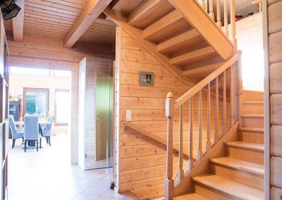 Pose d'un escalier en hêtre étuvé avec des contre-marches