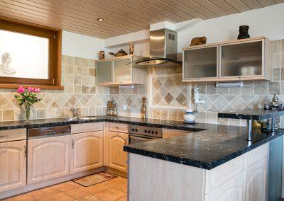 Pose d'une cuisine ayant des panneaux moulurés imitation poirier