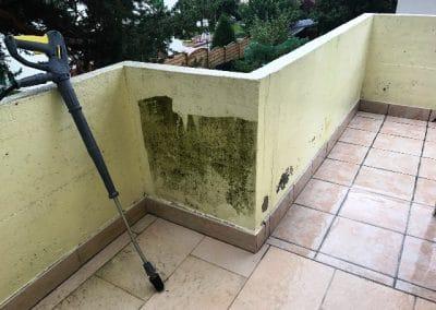 Nettoyage efficace au kärcher d'un mur de balcon recouvert de mousse